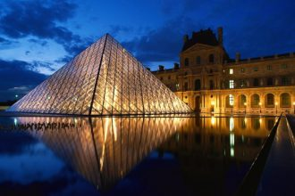 pyramid_at_louvre_museum_paris_france1-728x546